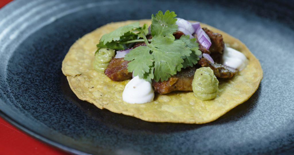 Tortillas mexicanas con alas de pato confitadas